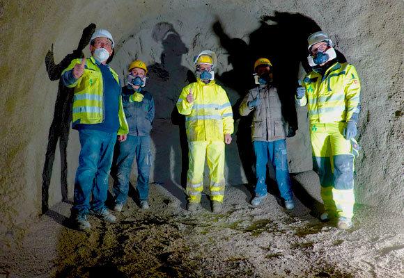 Teamfoto im Tunnel